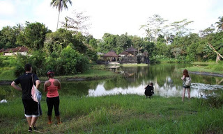 Take Picture at beautiful small lake around Pura Taman